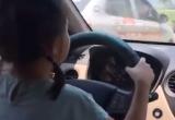 Clip 'Bố để con gái lái ô tô còn mẹ quay phim khen siêu thế' nhận nhiều chỉ trích trên MXH