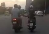 Hai thanh niên đi xe máy sàm sỡ một cô gái giữa đường rồi bị camera hành trình ghi lại