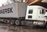Bình Dương: Sau va chạm, xe container lao vào cửa hàng tôn, nhiều người may mắn thoát nạn