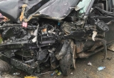 Xe ôtô 7 chỗ nát bét sau cú va chạm với xe khách trên cao tốc Nội Bài - Lào Cai