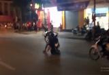 Nóng mắt clip thanh niên đèo bạn gái bốc đầu xe cổ vũ U23