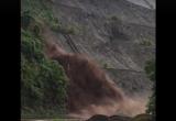 Hòa Bình: Lũ ống đổ xuống đường như xả đập thủy điện, người dân liều mình băng qua