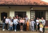 Trước thềm năm học mới, Nam Em giản dị đi trao quà, bánh, dụng cụ học tập cho trẻ em nghèo tại Đà Lạt