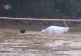 Sự thật vụ học sinh chui túi nilon vượt suối lũ tới trường ở Điện Biên