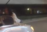 Clip: Người phụ nữ đu bám nắp ca pô ô tô trên phố Hà Nội