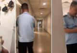 """Nhân viên Hải quan Nội Bài nhận tiền USD của khách để """"cho qua"""" 3 chiếc Iphone"""