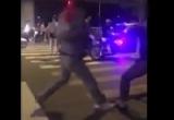Clip hai thanh niên 'chơi quần vợt' giữa ngã tư gây náo loạn đường phố