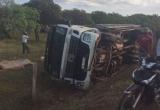 Đắk Lắk: Xe chở cột điện lật nghiêng, hai người thiệt mạng