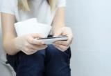 Dùng điện thoại trong nhà vệ sinh dễ bị nhiễm trùng đường ruột