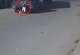 Clip: Sang đường bất cẩn, một phụ nữ đi xe đạp bị container cuốn vào gầm