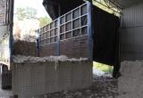 Bình Dương: Bắt quả tang xe tải đổ chất thải rắn ra môi trường
