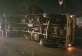 TP HCM: Xe tải chở heo lật ngang đường, nhiều đường may mắn thoát nạn