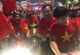 Phó Thủ tướng Vũ Đức Đam đi xe máy cỗ vũ đội tuyển U23 Việt Nam
