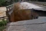 Clip hãi hùng nhìn lũ cuốn bay mố cầu ở Phú Thọ