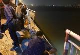Tiếp tục tìm kiếm tại hiện trường vụ xe Mercedes rơi xuống sông Hồng khiến 2 người tử vong