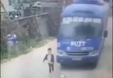 Clip: Cú bẻ lái thót tim giúp bé trai thoát chết trong tích tắc
