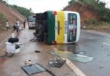 Kon Tum: Xe buýt lật giữa đường, nhiều người nhập viện