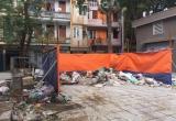 Núi rác bao trùm khu chung cư gây bức xúc
