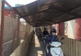 Hà Nội: Người dân rùng mình khi đi qua 'hầm' mái tôn đường sắt trên cao