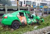 Hà Nội: Tàu hoả kéo lê xe taxi 20m, tài xế nhập viện cấp cứu