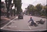 [Clip]: 'Ninja nội chiến' ngã nhào trước đầu ô tô