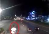 [Clip]: Thót tim với pha tạt đầu xe container của 2 nữ 'quái xế' nữ