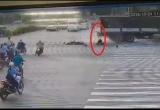 [Clip]: Tài xế Grab thoát chết thần kì sau khi bị xe tải tông trúng