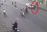 [Clip]: Sang đường không quan sát, hai thanh niên bị ô tô tông trực diện