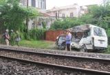 Tin tai nạn giao thông: Tàu hỏa tông ô tô, kéo lê 200m