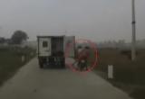 Xe chở phạm nhân quên đóng cửa thùng gây tai nạn