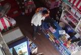 [Clip]: Mải mê bán hàng, nữ nhân viên bị 'cuỗm' mất điện thoại