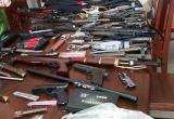 """Trữ """"vũ khí"""" trong nhà rồi lên mạng rao bán"""