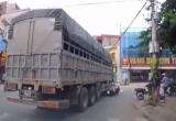 [Clip]: Chuyển hướng đột ngột, xe tải chèn gãy chân người phụ nữ