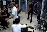 [Clip]: Nhóm thanh niên nổ súng, truy sát chủ quán cắt tóc
