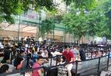 Dân buôn Việt Nam nằm la liệt, đói lả trước cửa Apple Store ở Singapore