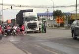 Bình Dương: Bị container kéo lê, cô gái nhập viện nguy kịch