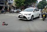 TP HCM: Xe máy va chạm với ô tô, 2 người bị thương