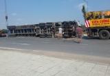 Xe container lại bị lật dưới dốc cầu Phú Hữu