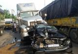 'Xế hộp' mercedes bị xe container tông dập nát khi dừng đèn đỏ