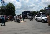 Xe máy chạy ngược chiều gây tai nạn, xe container bị vạ lây