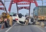 Ô tô 4 chỗ lật úp trên cầu, tài xế khai do thấy mệt, mờ mắt
