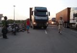 Không bằng lái, tài xế cố thủ trong ca bin khi bị kiểm tra