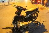 Xe máy tông nhau kinh hoàng, 3 người nằm bất động trên đường