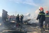 Hàng trăm công nhân thẫn thờ vì cả khu lán trại cháy rụi