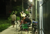 TP HCM: Đang ngồi nhậu trong nhà, nam thanh niên bị đối tượng lạ mặt rút súng nã đạn vào người