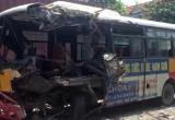 """Quảng Ninh: Xe buýt """"đấu đầu"""" xe tải, nhiều hành khách may mắn thoát chết"""