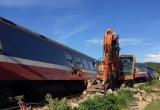 """Tổng công ty Đường sắt Việt Nam xác định nguyên nhân ban đầu vụ tàu hỏa """"húc"""" tung xe cẩu tại Quảng Bình"""