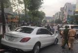 """Hà Nội: """"Xế hộp"""" gây tai nạn liên hoàn, giao thông ách tắc cụ bộ"""