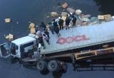 Quảng Ninh: Container mất lái húc đổ lan can cầu lao xuống sông, một người thiệt mạng