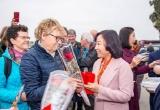 Quảng Ninh: Du khách phấn khởi nhận lì xì từ lãnh đạo tỉnh trong ngày đầu năm mới